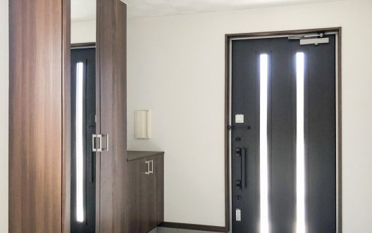 玄関ドアの交換費用はいくら?種類の選び方や交換の流れについて解説